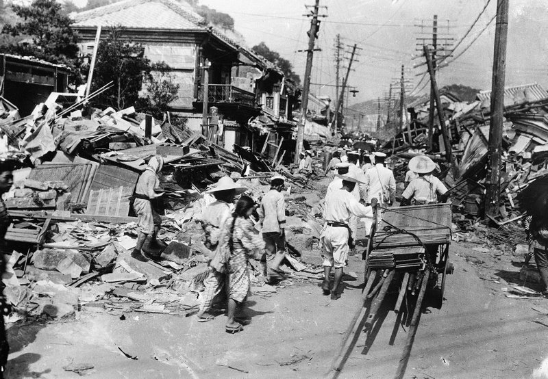kanto earthquake japan Earthquake during 1923 – great kanto the first one was great kanto quake on the first september 1923, there was a big earthquake that struck hard on kanto and damaged japan's cities such as yokohama, tokyo and its landscape.